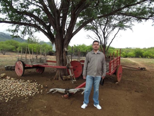 André e os carros de bois típicos do Pajeú