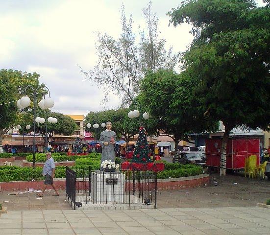 praça principal da atual Santa Cruz da Baixa Verde, com a estátua do Padre Ibiapina em destaque.