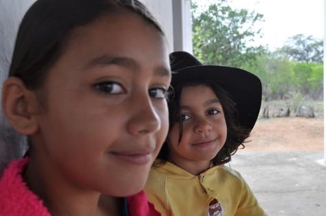 No final junto com as crianças do Pajeú
