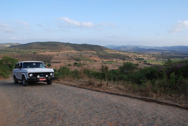 A região montanhosa de Santa Cruz da Baixa Verde, a partir da estrada que liga esta a cidade ao vizinho município de Manaíra,  já na Paraíba.