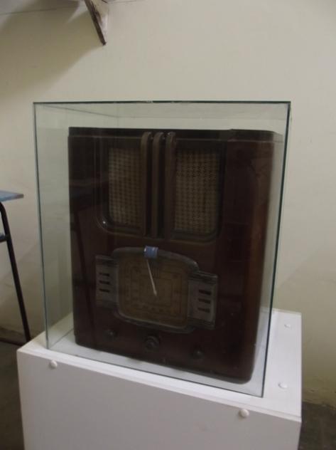 O primeiro rádio da cidade de Cuité. André me comentou que a chegada deste aparelho movimentou de tal maneira a cidade, que pessoas pagavam para escutar o serviço em português da rádio BBC de Londres