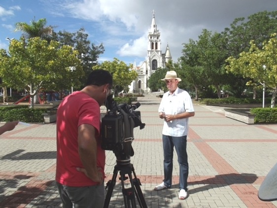 Em Afogados da Ingazeira, na praça principal, junto com o jovem poeta Alexandre Morais, que criou e declamou um maravilhoso poema sobre Antônio Silvino