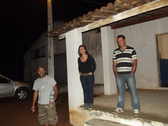 A noite na Fazenda Barreiros, zona rural de Serra Talhada. A galera animada para a Serra Grande