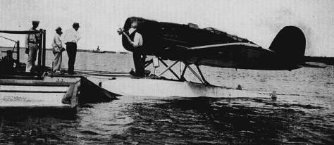 O homem sob o flutuador da aeronave é o mítico aviador norte-americano Charles Lindbergh, que juntamente com a sua esposa Anne Morow, amerissaram seu hidroavião monomotor Lookheed 8 Sirius no rio Potengi na tarde de 5 de dezembro de 1933, amarrando sua aeronave no flutuante da Panair