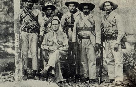Sentado vemos Marcolino Diniz e seus comandados durante a Guerra de Princesa.