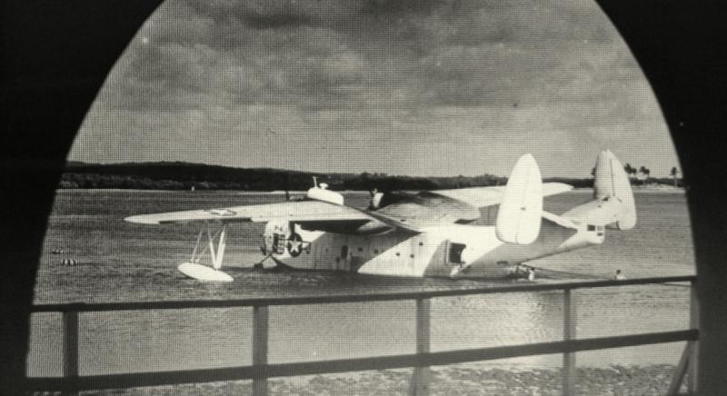Um hidroavião  Martin PBM Mariner, da U.S. Navy, visto através dos arcos do prédio histórico da Rampa - Fonte - Tribuna do Norte