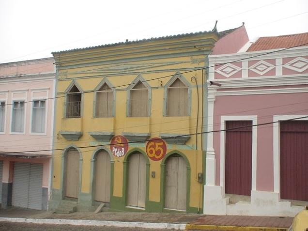 Me foi informado que esta antiga edificação amarela teria sido a casa comercial da família Campos em Triunfo, atacada por Sabino em 1926.