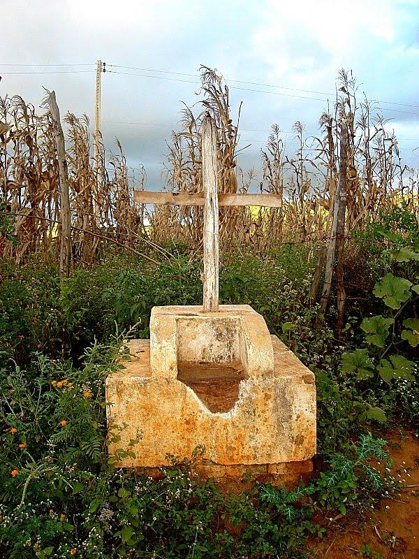 """Cruz em Santa Cruz da Baixa Verde, que mostra um local onde alguém morreu de """"morte matada""""."""