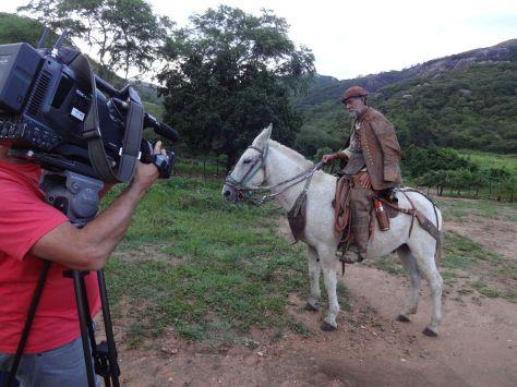 Este é o grande amigo Braz de Buíque, da Serra da Colônia. Uma grande figura. Neste dia ele estava seguindo montado para uma missa de vaqueiros na vizinha Paraíba, mas deu um ótimo depoimento.