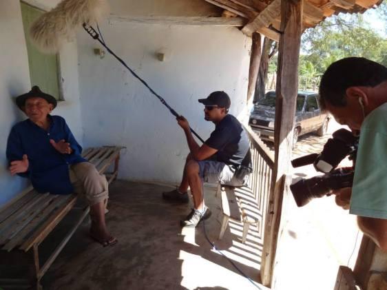 Os amigos Osvaldo e Alexandre Souza entrevistando Seu Coquinho. Ele contou ótimas histórias sobre Lampião e seu bando Ele reside no povoado Brejo do Burgo, Bahia