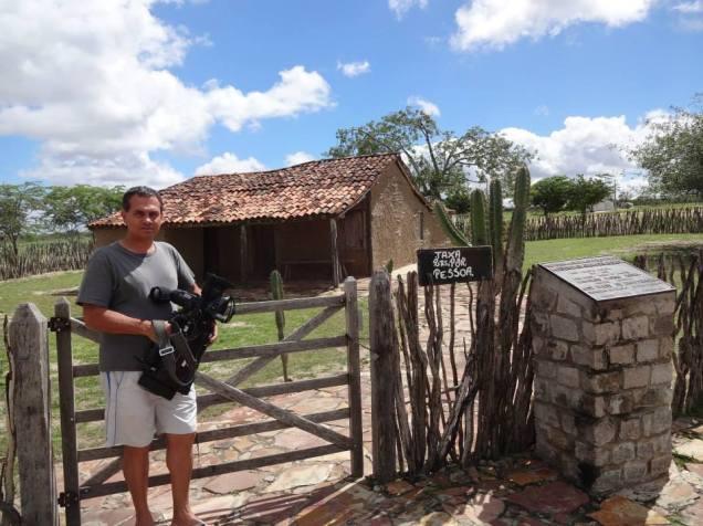 Osvaldo em frente a casa de Maria Bonita, que foi fielmente restaurada e hoje é local de visitação