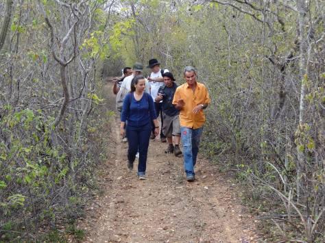Pelos caminhos da Serra Grande, tendo a frente o Seu Luiz, sertanejo de grande coração, que conhece tudo da fauna e flora da caatinga.