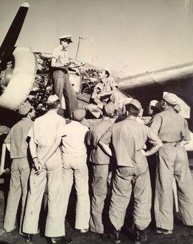 Natal, 1943, instrutor americano ensinando a mecânica de motores de um PV-1 Ventura, durante os famosos cursos do USBATU (United States Brazil Trainning Unit)