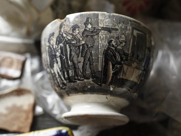 Peça de cerâmica é exibida; vários objetos foram encontrados durante obra do Metrô do Rio (Foto: Pilar Olivares/Reuters)