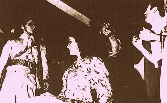 Lampião (a esq.) vem buscar a jovem Maria Déa, interpretada pela atriz Ana Maria (do TEB-Teatro do Estudante do Brasil), ante o desespero do seu marido, o sapateiro Lauro. Na vida real o marido de Maria Déa, que seria conhecida como Maria Bonita, era José Miguel da Silva, sapateiro e conhecido como Zé Neném.