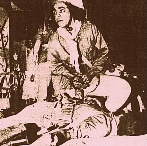 Cangaceiro Sabino, interpretado pelo ator Roberval Rocha, despoja um inimigo morto.
