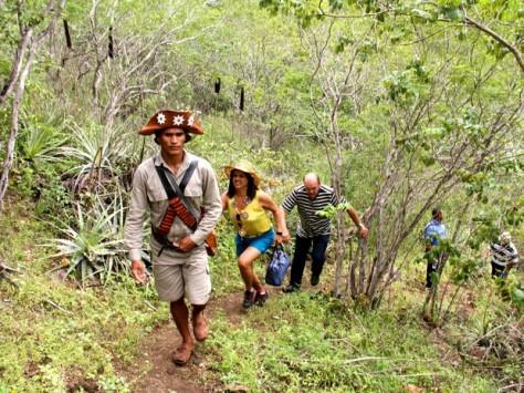Grupo segue por trilha na vegetação de caatinga até a Grota do Angico (Foto: Waldson Costa/G1)