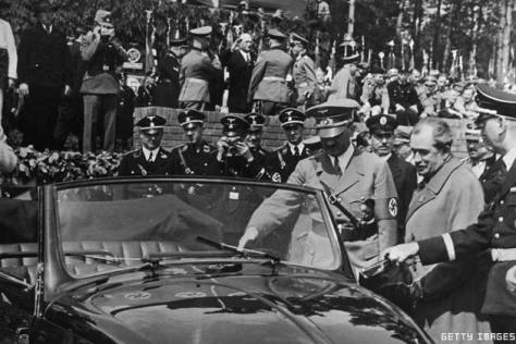 Hitler e seu carro popular - Fonte - Getty Images
