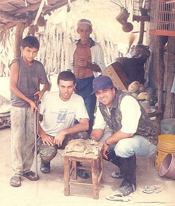Eu e o velho Joaca tentando mostrar aos caçadores, sem muito sucesso, o erro de caçarem mocós. Não havia seca na época, mas as condições de vida deste pessoal não dava margem para debater sobre preservacionismo em meio a fome.