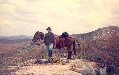 No alto da serra dos Cacos, horas a cavalo.