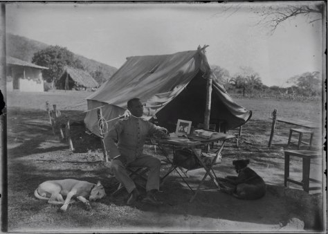 Rondon sentado em acampamento, fotograma de documentário da comissão (sem data) - Museu do Índio