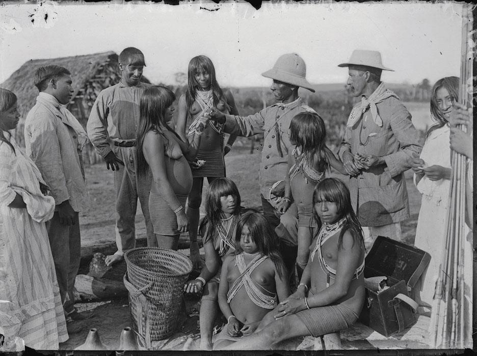 Rondon com índios Paresi, imagem do Major Thomaz (sem data) - Museu do Índio