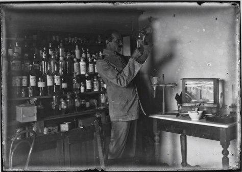 Homem trabalhando em laboratório (sem data) - Museu do Índio