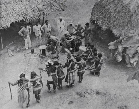 Índios Apalaí do rio Jari dançando, em imagem do fotógrafo Harald Schultz (sem data) - Museu do Índio
