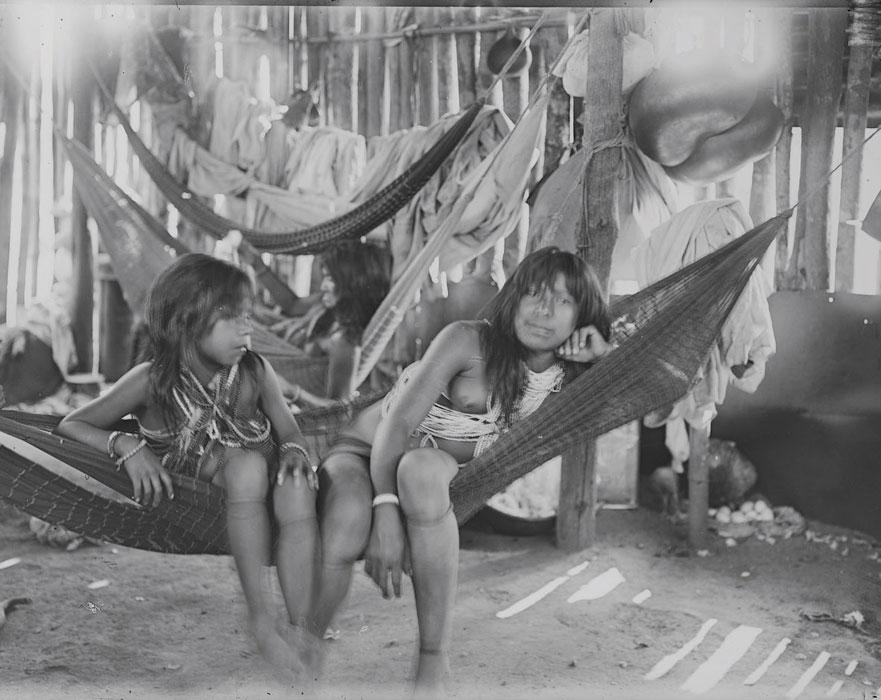 Índias Paresi em rede, registradas pelo Major Thomaz (sem data) - Museu do Índio