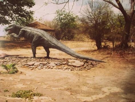 Foto de uma reprodução de um dinossauro. Realizada pelo autor do blog TOK DE HISTÓRIA em 1999