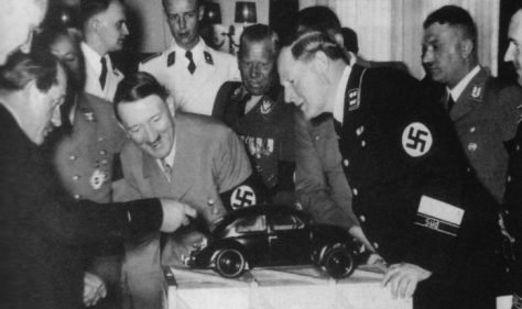 Porsche apresentando a Hitler seu projeto