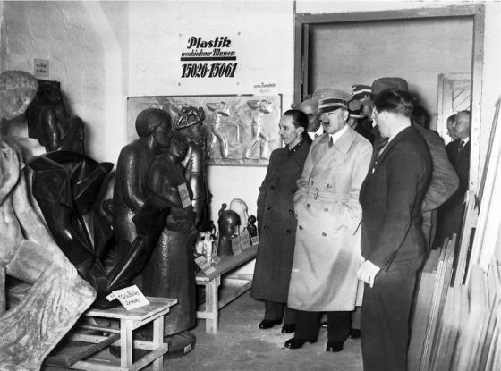 """Hitler diante de obras que ele considerava como  """"arte degenerada"""", que ordenou retirar dos museus alemães."""