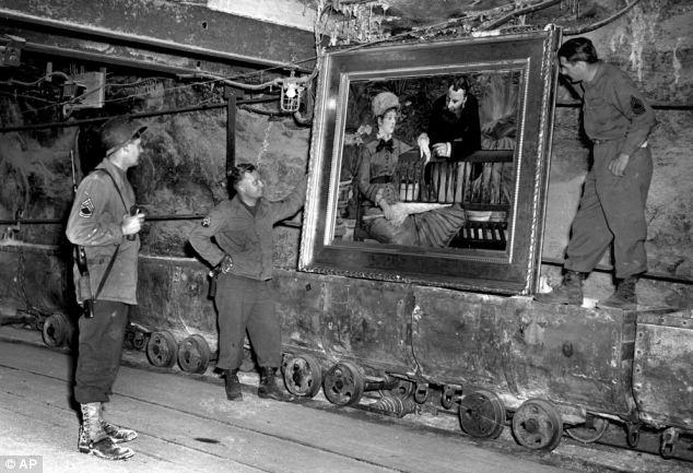 1945 - Soldados americanos recuperando obras uma pintura roubada pelos nazistas. Os aliados acreditaram em  Hildebrandt Gurlitt.