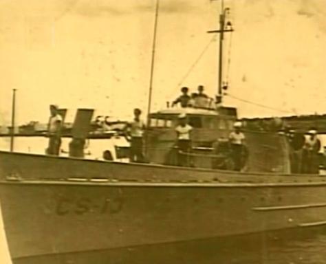 Foto do pequeno caça submarino CS-13, da marinha cubana, que em 15 de maio de 1943, sob o comando do alferes Mario Ramirez Delgado, afundou o submarino alemão U-176, comandado pelo Kapitänleutenant Reiner Dierksen. Este submarino tinha afundado 11 navios, num total de 53.307 Ton.