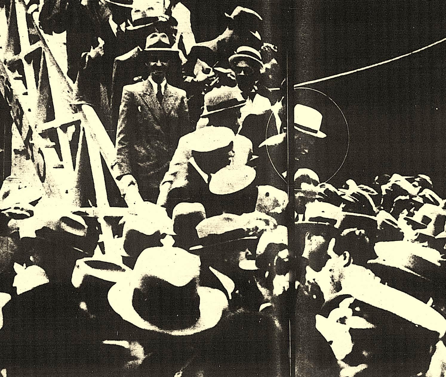 """O ex-cangaceiro Antônio Silvino (marcado na foto), desembarcando do navio """"Conte Grande"""" no porto do Rio de Janeiro e chamando muita atenção."""