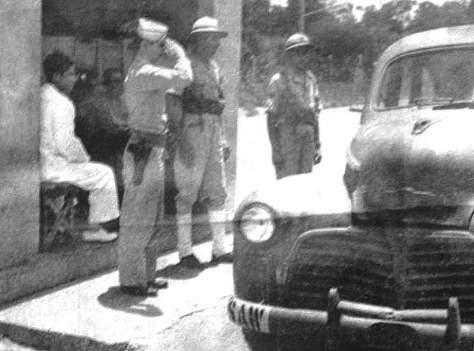Militares americanos e brasileiros da FAB no portão da guarda da base de Parnamirim Field.
