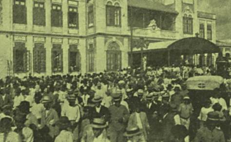 Multidão a frente da Estação Central do Recife na chegada do famoso cangaceiro.