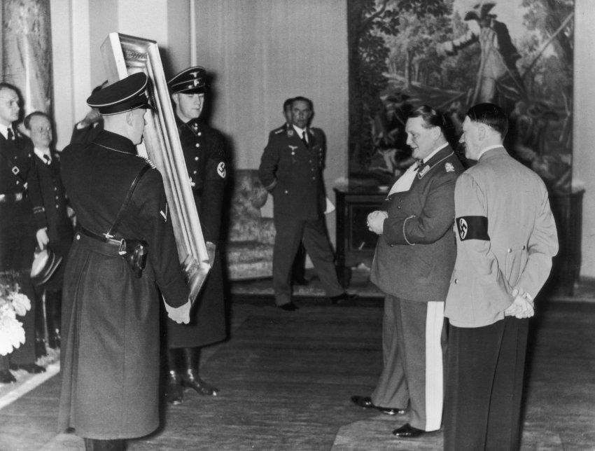 Hitler e Hermann Göring, seu obeso comandante da aviação militar nazista, apreciando um quadro.