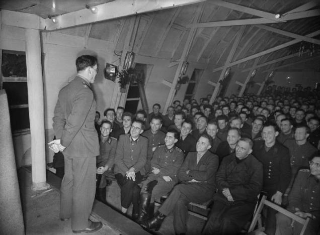 Palestra de um oficial inglês, junto a prisioneiros alemães.