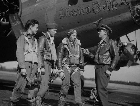 Tripulação de uma B-17 em seus trajes de voo, recebendo instruções. Muitos destes aviões passaram por Parnamirim Field.