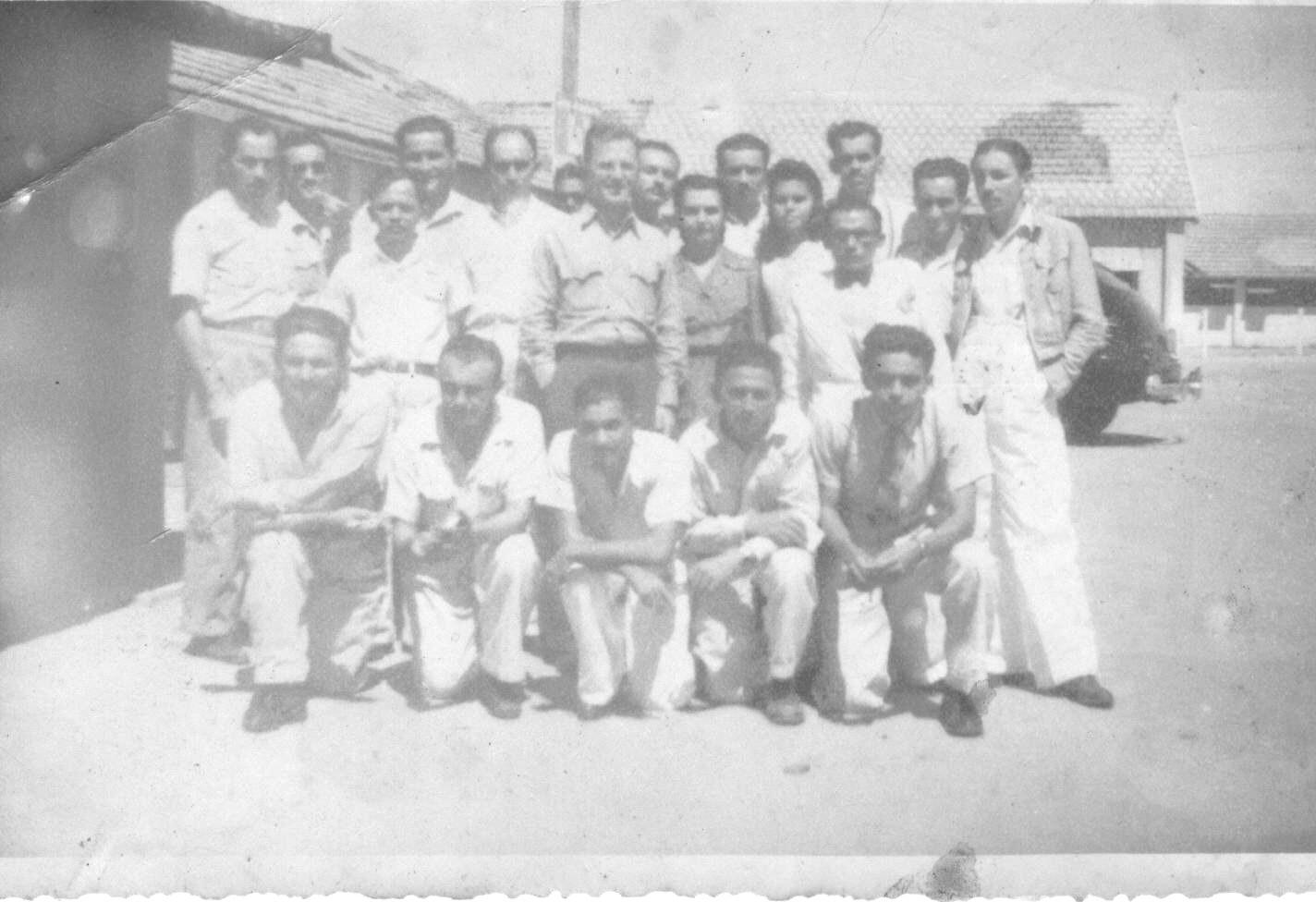 Parnamirim Field em 1944, Othoniel é o primeiro, em pé, à esquerda. Trabalhava no Posto de Engenharia.