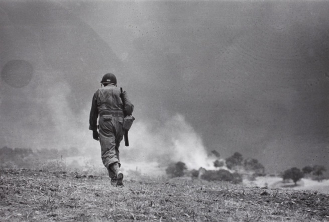 Capa registrou aqui um soldado de um grupo de reconhecimento, atuando perto de Troina, na Sicília, Itália, em 4 ee agosto de 1943