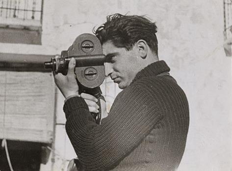 Robert Capa, durante a cobertura da Guerra Civil Espanhola, em 1937 – Foto - Gerda Taro / Wikimedia
