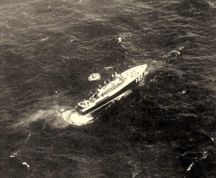 Barco HSL 130 da RAF realizando o salvamento em alto mar.