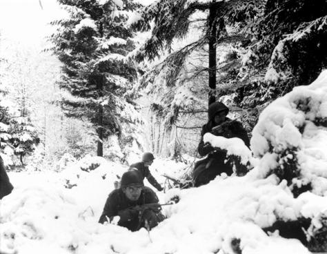Os Americanos nas Ardenas careciam de roupas apropriadas para o rigor do inverno. Vemos infantes do 290th Regiment perto de Amonines, Bélgica.  em 4 de Janeiro de 1945.