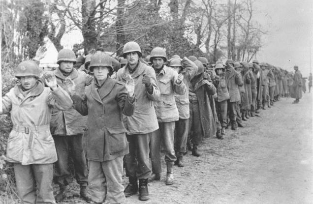 Prisioneiros americanos. Na Batalha das Ardenas, só os americanos tiveram 19.000 mortos, 47.500 feridos, 23.000 capturados ou desaparecidos.