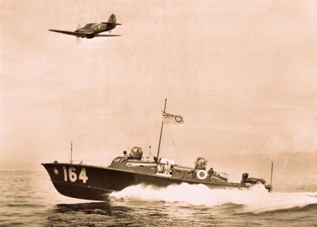 Uma lancha HSL e um avião Hurricane