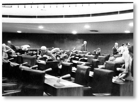 O momento do disparo. A foto rendou Prêmio Esso ao fotógrafo Efraim Frajmund em 1964