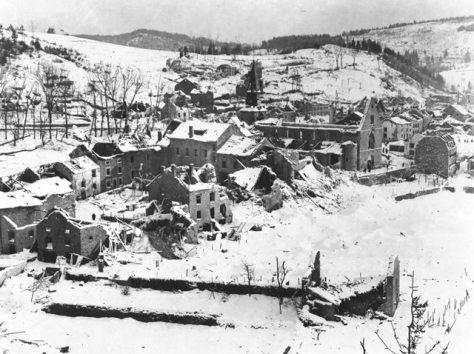 Em meio a neve, a destruição de uma aldeia belga na região das Ardenas