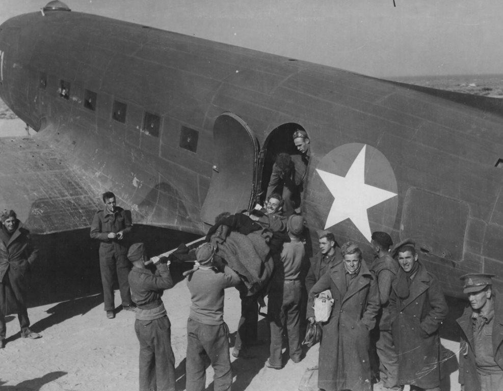 Militares de países da Commonwealth são desembarcados de um C-47 americano. Parnamirim Field, como mostra a reportagem australiana, tinha um grande aspecto internacional
